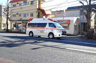 出動する救急車の写真素材 [FYI03828613]