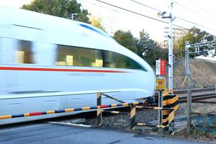 踏切を通過する電車の写真素材 [FYI03828636]