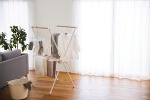 リビングルームでの洗濯物の部屋干しの写真素材 [FYI03828850]