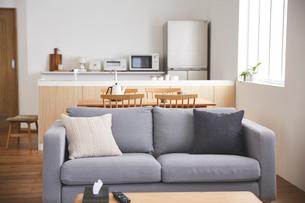 グレーのソファとダイニングとキッチンの写真素材 [FYI03828851]