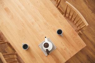 上から見たダイニングテーブルの写真素材 [FYI03828852]