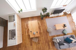上から見たキッチンとリビングダイニングの写真素材 [FYI03828853]