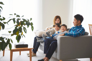 リビングルームで団欒する家族の写真素材 [FYI03828857]