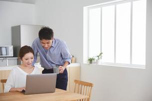 パソコンを見ている男女の写真素材 [FYI03828888]