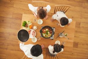 鍋料理を食べる家族の写真素材 [FYI03828889]