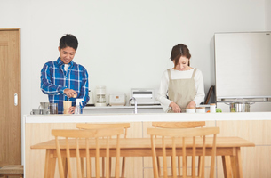 キッチンに立つ夫婦の写真素材 [FYI03828903]