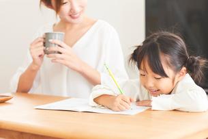 ダイニングで勉強をする子供とお母さんの写真素材 [FYI03828919]