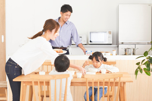 ダイニングで食事をする子供の写真素材 [FYI03828922]