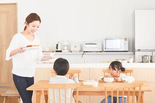 ダイニングで食事をする家族の写真素材 [FYI03828923]