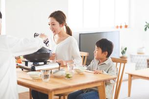 鍋料理を食べる家族の写真素材 [FYI03828942]