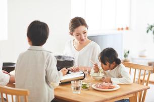 鍋料理を食べる家族の写真素材 [FYI03828950]