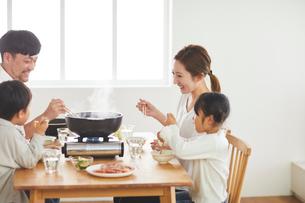 鍋料理を食べる家族の写真素材 [FYI03828951]