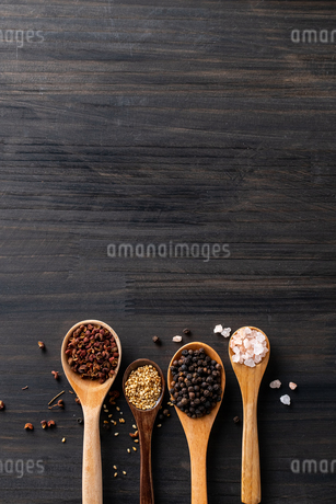 Set of spices on wood background.Top view.Organic spice concept.の写真素材 [FYI03828979]