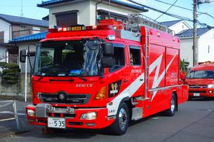 出動する消防車の写真素材 [FYI03829002]