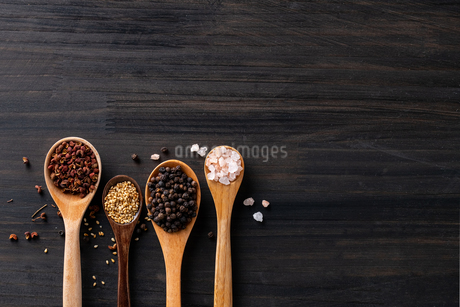 Set of spices on wood background.Top view.Organic spice concept.の写真素材 [FYI03829006]