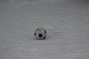 雪とサッカーボールの写真素材 [FYI03829041]