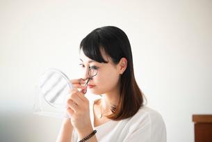ビューラーでまつ毛をカールしている女性の写真素材 [FYI03829054]