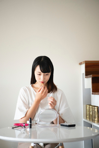 口紅を塗っている女性の写真素材 [FYI03829140]