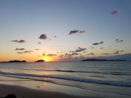 海と夕日の写真素材 [FYI03829144]