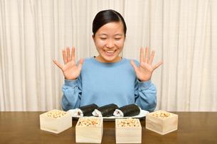 恵方巻を食べる女の子(節分)の写真素材 [FYI03829207]
