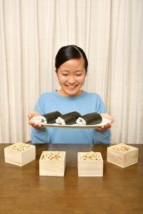 恵方巻を食べる女の子(節分)の写真素材 [FYI03829209]