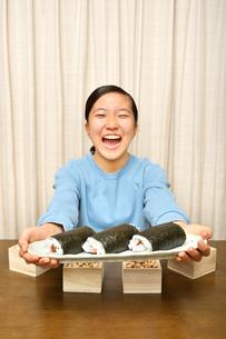 恵方巻を食べる女の子(節分)の写真素材 [FYI03829210]