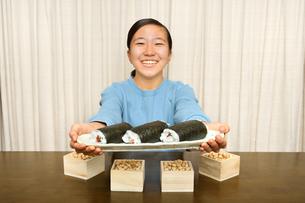 恵方巻を食べる女の子(節分)の写真素材 [FYI03829211]