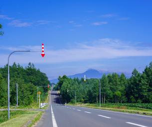 北海道 自然 風景 一本道と青空の写真素材 [FYI03829426]