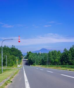 北海道 自然 風景 一本道と青空の写真素材 [FYI03829427]