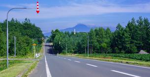 北海道 自然 風景 パノラマ 一本道と青空の写真素材 [FYI03829429]