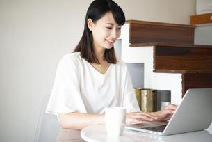 ノートパソコンで作業をしている女性の写真素材 [FYI03829457]