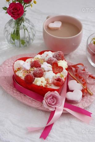 バレンタイン~お花畑のケーキの写真素材 [FYI03829496]