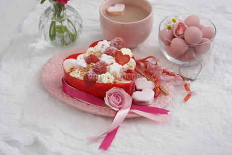 バレンタイン~お花畑のケーキの写真素材 [FYI03829497]