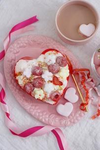バレンタイン~お花畑のケーキの写真素材 [FYI03829498]