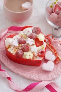 バレンタイン~お花畑のケーキの写真素材 [FYI03829499]