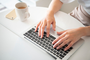 ノートパソコンで作業をしている女性の手元の写真素材 [FYI03829510]