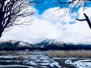 田舎の冬の雪山の写真素材 [FYI03829837]