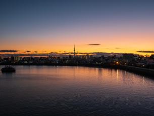 日没後のスカイツリー。青砥橋から撮影。の写真素材 [FYI03829906]