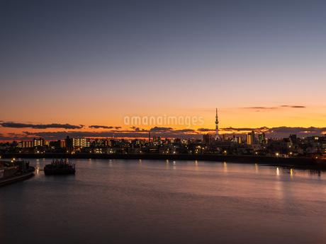 日没後のスカイツリー。青砥橋から撮影。の写真素材 [FYI03829907]