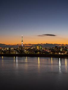 日没後のスカイツリー。青砥橋から撮影。の写真素材 [FYI03829910]