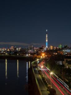 日没後のスカイツリーと車の光跡。青砥橋から撮影。の写真素材 [FYI03829911]