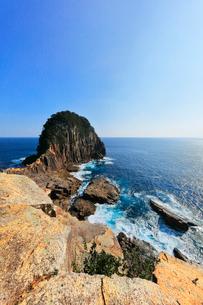 熊野灘に楯ヶ崎と快晴の空の写真素材 [FYI03830029]