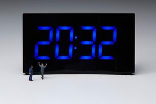 デジタル時計とミニチュアの人の写真素材 [FYI03830057]