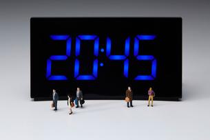 デジタル時計とミニチュアの人の写真素材 [FYI03830058]