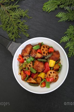 彩り野菜と白身魚のフライのソテーの写真素材 [FYI03830226]