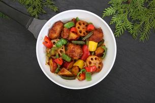 彩り野菜と白身魚のフライのソテーの写真素材 [FYI03830227]
