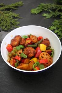 彩り野菜と白身魚のフライのソテーの写真素材 [FYI03830228]