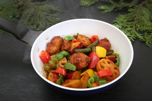 彩り野菜と白身魚のフライのソテーの写真素材 [FYI03830229]