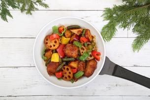 彩り野菜と白身魚のフライのソテーの写真素材 [FYI03830230]