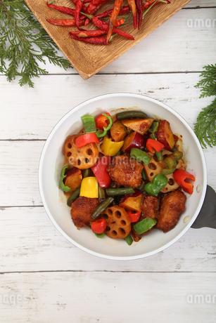 彩り野菜と白身魚のフライのソテーの写真素材 [FYI03830231]